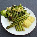 Groene asperges met koolrabisalade en couscous