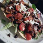 Vegan mexicaanse wrap met zwarte bonen en dressing