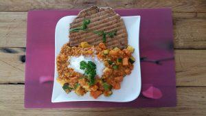 rode curry met naan brood