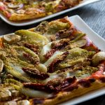 Bladerdeeg plaatpizza met witlofbloemen